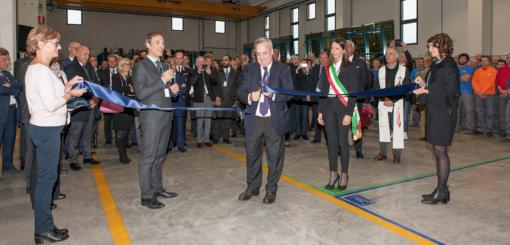Il taglio del nastro presso il nuovo reparto vetreria di Costan, a Limana (Belluno)