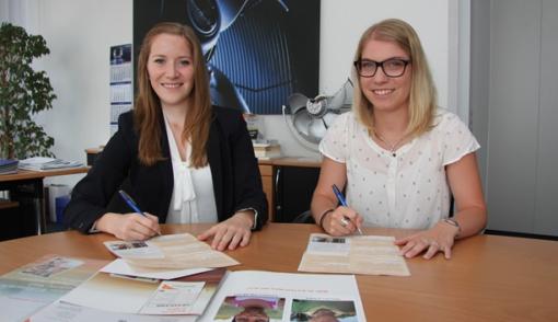 Jennifer Zürn (sinistra) e Marlen Geißler firmano il contratto di sponsorizzazione